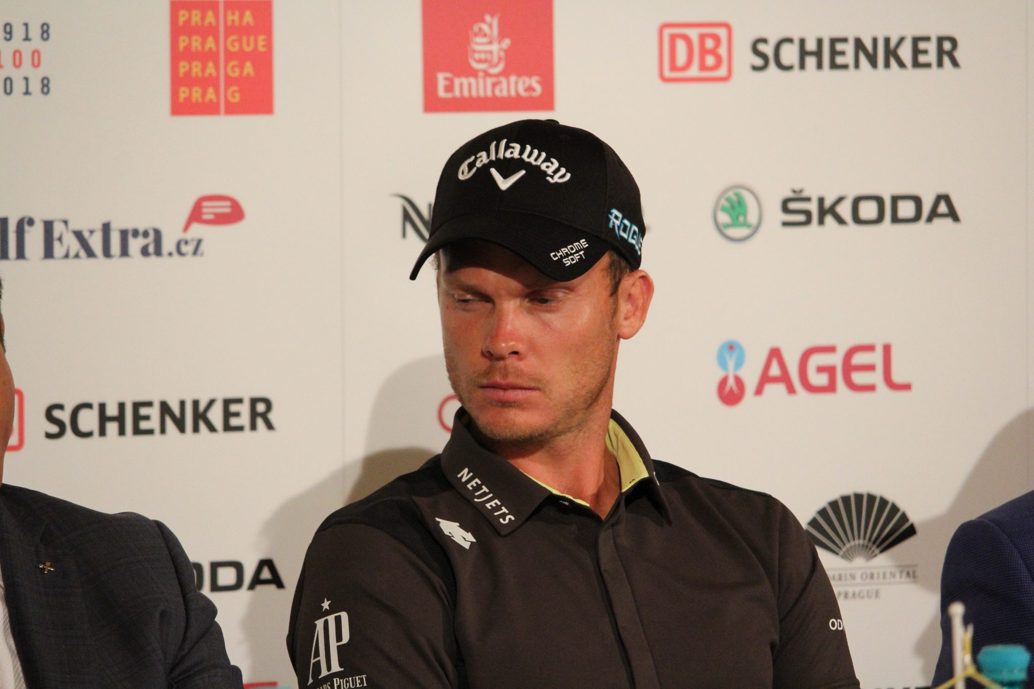 Дани Уилет гледа към трофея в Албатрос голф ризорт